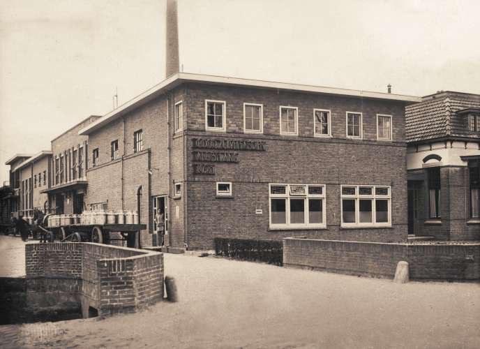 12. Aanbrengen belettering zuivelfabriek