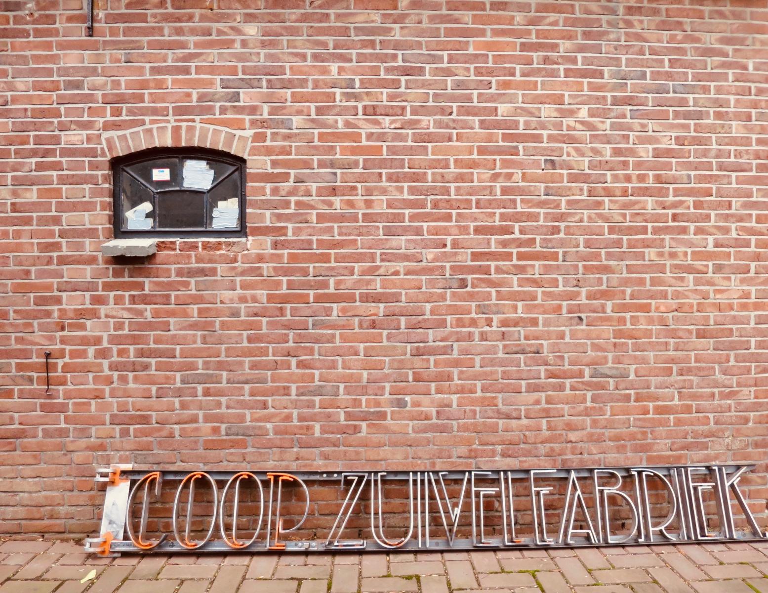 12. Restauratie belettering Coop. Zuivelfabriek Alg. Belang 1925 - Ruinerwold